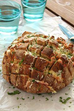 Ένα εναλλακτικό ψωμί που σίγουρα δε θα έχετε φάει ξανά. Το ψωμίτράβα-τσίμπα είναι το ιδανικό συνοδευτικό για να εντυπωσιάσετε τους γνωστούς και φίλους σας όταν θα τους κάνετε το τραπέζι! Εκτέλεση Προθερμαίνετε το φούρνο μας στους 180 βαθμούς με αντιστάσεις. Χρησιμοποιώντας ένα μεγάλο οδοντωτό μαχαίρι κόβετε το καρβέλι οριζόντια και κάθετα, προσέχοντας ωστόσο να μην …