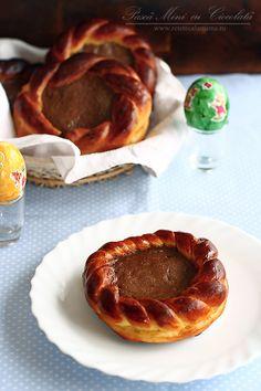 Coronite pufoase cu ciocolata | Rețete - Laura Laurențiu Romanian Food, Dough Recipe, Yummy Appetizers, Cookie Recipes, Food Porn, Pie, Bread, Cookies, Breakfast