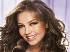 (Video) Admiradores casi desnudan a Thalía en concierto
