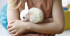 Créer un lapin tout doux avec des pompons Pom Pom Crafts, Yarn Crafts, Diy And Crafts, Machine A Pompon, Ostergeschenk Diy, Diy Pompon, Diy For Kids, Crafts For Kids, Felt Ball Rug
