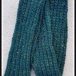 Gehäkelter Schal im Patentmuster mit dicker Wolle