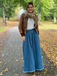 Härlig maxikjol i mjukt jeanstyg med insydda fickor i sidorna Unique, Jeans, Skirts, Fashion, Moda, Fashion Styles, Skirt, Fasion