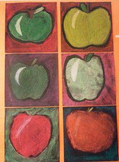 Omena kuivapastilleilla. Tausta musta neliönmuotoinen paperi.
