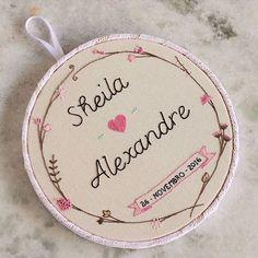 Um quadro lindo para um casamento lindo, a cara dos noivos Emoldurado no bastidor de 20cm, sob encomenda . #floriratelie #bordadomanual #bordadolivre #valedoparaiba #sjc #sjk #saojosedoscampos #sanja #012 #sobencomenda #compredequemfaz #casamento #noivos #renda #handembroidery #bastidor #stitchersofinstagram