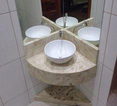 190 – Banheiro com bancada em Mármore Bege Bahia (Travertino) Small Vanity Sink, Corner Bathroom Vanity, Tiny House Bathroom, Bathroom Design Small, Bathroom Interior Design, Shower Bathroom, Master Bathroom, Lavabo D Angle, Ideas Baños