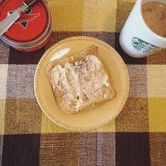 Eu sou fã de um belo café da manhã e de ideias diferentes... mas vida real é isso aí: às vezes só dá tempo e/ou vontade de café com leite e pão com manteiga 🍞 Essa coisa de querer comer a comida da instafitness e fazer o treino dela é muito sério: por mais que elas digam que basta ter 'força de vontade' e às vezes até optarem por 'comida de verdade'... aquela vida não é a sua vida (e nem da maioria). Comparação é a grande ladra da alegria, muito cuidado com as 'inspirações' de vocês. Quanto…
