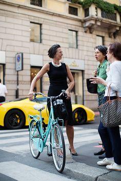 On the Street…Via Montenapoleone, Milan (The Sartorialist) Looks Style, My Style, Cycle Chic, Moda Casual, Sartorialist, Bike Style, Street Chic, Street Style Women, Spring Summer Fashion
