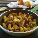 Salsiccia con patate e cipolle in padella