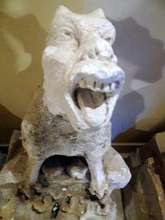 As esculturas danificadas expostas no primeiro andar - http://diretodeparis.com/subindo-na-tour-saint-jacques-e-vendo-paris-de-um-novo-angulo/