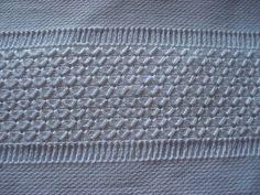 Tecido de sacaria, na técnica de crivo com acabamento em crchê
