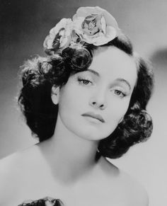 A strikingly lovely portrait of American actress Teresa Wright, ca. 1944.