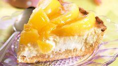Helppo persikka-rahkapiirakka sopii erityisesti pääsiäiseen. Rahkapiirakka muropohjalla on klassikko, valmiilla murotaikinalla oikaiset kätevästi. Camembert Cheese, French Toast, Food And Drink, Pie, Peach, Pudding, Baking, Breakfast, Sweet