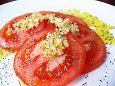 Rajčata s česnekovým dresingem a bazalkou