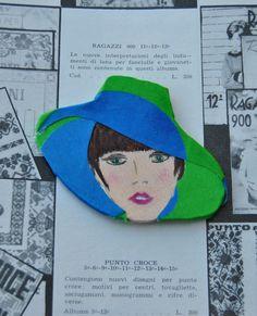 Spilla in legno dipinto a mano con cappello a tesa larga (tessuto originale anni 70) -Giuliana 1970 - Spille di Refuse