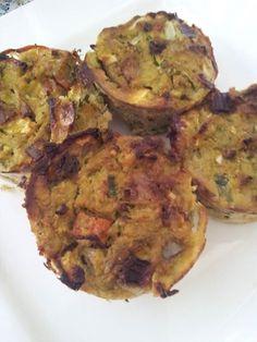 Nasimuffins: Nodig:  4 eieren 2 eetlepels kokosmeel 1 grote courgette(geraspt of gepureerd) ui/paprika/wortel  nasikruiden evt. gehakt of ander vlees  Verwarm de oven voor op 200 graden. Roerbak de groenten (en vlees) kort, (behalve de courgette) Klop de eieren op en schep hier de courgette en kokosmeel door. Doe hier nu ook de nasikruiden en de rest van de groenten (en vlees) door. Schep in muffinvormpjes (6) en bak 25 minuten in de oven gaar.
