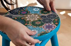 {Decoupage na madeira} Como personalizar móveis com papel contact {Decoupage na madeira} Como personalizar móveis com papel contact Decoupage Vintage, Decoupage Box, Painted Chairs, Painted Furniture, Home Crafts, Arts And Crafts, Clay Flowers, Diy, Fun Projects