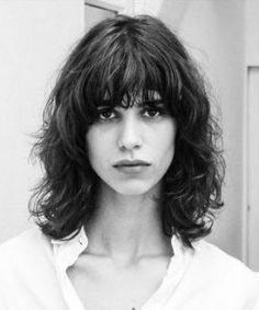 Les tips beauté backstage de Mica Arganaraz Wavy Bangs, Short Hair With Bangs, Curly Hair Cuts, Short Curly Hair, Medium Hair Styles, Short Hair Styles, Corte Y Color, Mid Length Hair, Grunge Hair