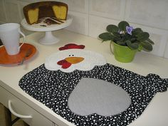 Jogo Americano, projeto Samar Kauss by Silvia M. Samar, Table Runner And Placemats, Quilted Table Runners, Chicken Crafts, Chicken Art, Quilting Projects, Sewing Projects, Fabric Crafts, Sewing Crafts
