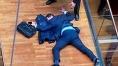 Deputado inglês desmaia após briga em reunião (Reprodução/ITV)