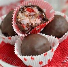 Save money by making your own christmas candy this year! Homemade Christmas candy makes a great gift or addition to the Christmas dessert menu. From bark to fudge and chocolate candies, there are over a Christmas Fudge, Christmas Sweets, Christmas Cooking, Holiday Baking, Christmas Candy, Christmas Desserts, Homemade Christmas, Christmas Gifts, Christmas Cupcakes