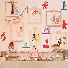 Festinha caseira e muito fofa com tema Cantigas Infantis! Lindo painel com quadrinhos! Pic @littlepartylove  #kikidsparty