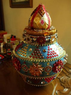 The coconut has to be placed on top of the pot Kalash Decoration, Thali Decoration Ideas, Indian Wedding Deco, Desi Wedding Decor, Coconut Decoration, Diwali Diy, Pottery Painting Designs, Marriage Decoration, Indian Crafts
