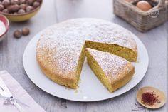 La torta allo zafferano è un dolce soffice ideale per la colazione realizzato con questa particolare spezia e l'aggiunta di farina di nocciole.