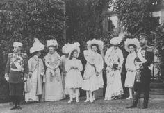 Nicholas and Alexandra with OTMA, 1908