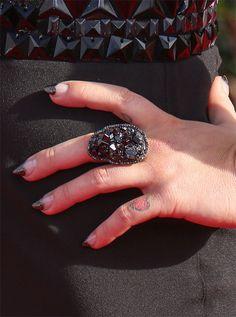 En los pasados SAG Awards, Kelly Osbourne renunció a los diamantes pero lució unos puntiagudos corazones en la punta de sus uñas. Manicura, anillo y vestido estaban combinados.