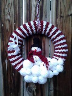 Crochet Christmas Wreath, Crochet Wreath, Christmas Swags, Holiday Crochet, Christmas Knitting, Holiday Wreaths, Crochet Crafts, Christmas Ornaments, Christmas Gift Decorations
