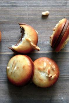 Kransekage-macarons a la Strangas Macarons, Snacks, Snack Recipes, Dessert Recipes, Magic Chocolate Cake, Danish Dessert, Delicious Desserts, Yummy Food, Cocktail Desserts