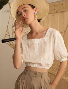 Nous essayons toujours de créer des tenues élégantes avec des blouses, des tops et des robes à col en v, mais qu'en est-il des encolures carrées? Aujo... | Style Femmes
