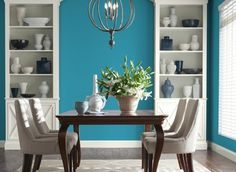 decoration salle a manger bleue, table en bois, chaises en bois, décor exotique
