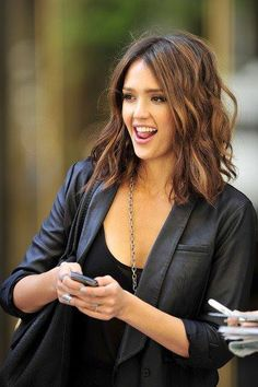 Medium length wavy hairstyle. If I decide to get short hair again, this is what I'm gonna go for! :D