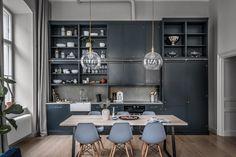 Bucătărie înaltă și deschisă către living într-un apartament de 73 m²