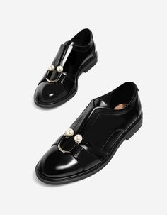 In Stradivarius you will find 1 Pearl buckle shoe for only 699 Mexico . - Ninonhandmade - - In Stradivarius you will find 1 Pearl buckle shoe for only 699 Mexico . Oxford Boots, Women Oxford Shoes, Pump Shoes, New Shoes, Shoe Boots, Pretty Shoes, Beautiful Shoes, Gentleman Shoes, Leather Brogues