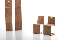 Pick Chair di Dror Benshetrit per BBB emmebonacina può trasformarsi in piano d'appoggio, sedia o pannello da appendere al muro. Realizzata in alluminio e legno è disponibile con incisione grafica laser o in edizione limitata con stampa digitale