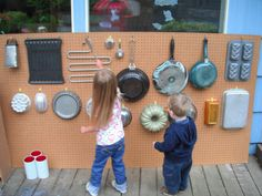outdoor music instruments This is a great way for kids to discover the different sounds materials make. This example uses all metal objects, I think using things like wood, Styrofoam, and plastic with different shapes would allow for even more discovery! Preschool Music, Music Activities, Teaching Music, Preschool Activities, Outdoor Learning, Outdoor Play, Sound Wall, Sensory Wall, Reggio Emilia
