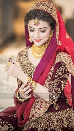 Pakistani Bride Wearing Red Bridal Dress at her Barat Wedding Photography by Mahas' Photography Pakistani Bridal Jewelry, Bridal Mehndi Dresses, Pakistani Wedding Outfits, Indian Bridal Lehenga, Bridal Dress Design, Pakistani Wedding Dresses, Bridal Outfits, Bridal Wedding Dresses, Pakistani Wedding Photography
