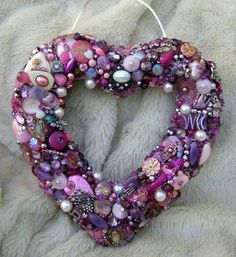 These would make wonderful end of pew decorations Button Wreath Ideas - great post with lots of inspiration on how you can use vintage buttons, lace and ribbon to make gorgeous wreaths - Romancing the Bling Button Art, Button Crafts, Heart Button, Wreath Crafts, Diy Crafts, Wreath Ideas, Resin Crafts, Flower Crafts, Button Wreath