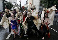 El clown también estuvo presente en el desfile del FITB. Foto: Leonardo Muñoz / EFE