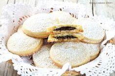 I Biscotti ripieni al cioccolato sono buonissimi per la colazione. Golosi, friabili ed irresistibili i Biscotti ripieni al Cioccolato, una ricetta perfetta.