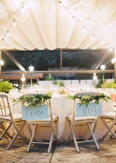 Wedding planner: Detallerie. Guirnalda natural y carteles de madera en color menta en las sillas de los novios. Greenery garland and wooden mint sign on groom and bride's chairs.