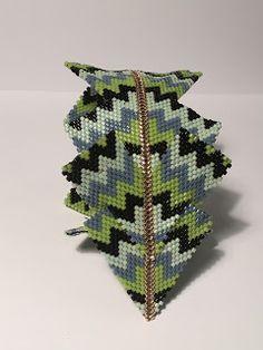 Ciao, un breve momento per riuscire a mostrarvi il mio nuovo lavoro con le perline. Nasce da un'idea di Contemporary Geometric Beadwork di K...