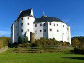 Geschichte der Burg ScharfensteinBurg Scharfenstein ist eine Burg, die sich auf einem länglichen Bergsporn über der Ortschaft Scharfenstein befindet. Die Burg liegt im Erzgebirge und ist somit im Freistaat Sachsen gelegen. Sie wurde um 1250 errichtet und als Bauherr wird von Waldenburg vermutet, da man sich nicht genau sicher ist, ...