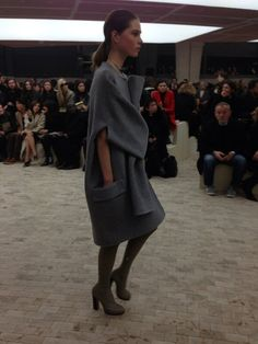 Robe manteau avec les manches nouées sur le devant au défilé #Celine #PFW