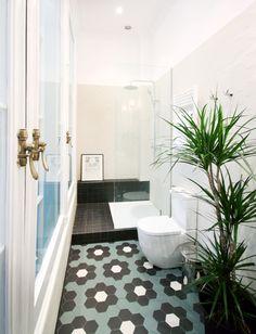 Un apartamento turístico con encanto en el centro - Decorabien.com   reformas  baño  ducha  mampara  plantas  blanco  cerámica  azulejos   decoración   f44e426180c5