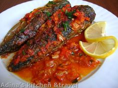 Romania recept : Baked mackerel with tomato sauce and garlic - Macrou la cuptor cu sos de rosii si usturoi - Fish Recipes, Healthy Recipes, Romanian Food, Romanian Recipes, Tasty, Yummy Food, Gordon Ramsay, Pastry Cake, Calamari