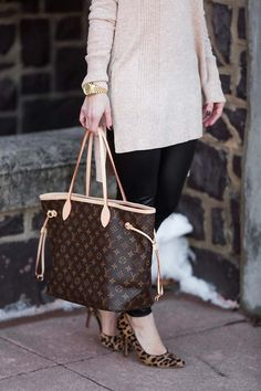 b21078cd3e50 Adorable fall winter outfit with a Louis Vuitton Neverfull MM Louis Vuitton  Neverfull Sizes,