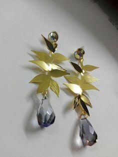 Aretes heliconias con cristales y baño de oro